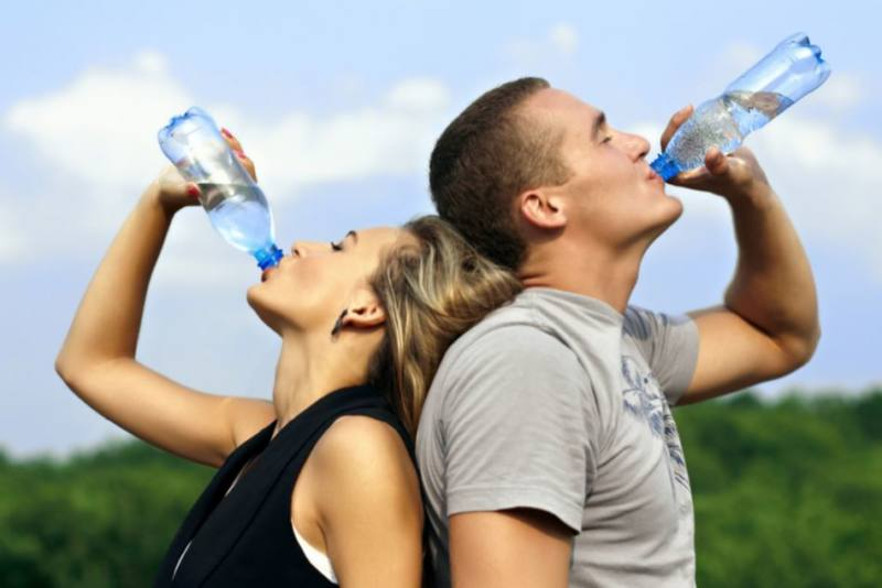 drinking-water-couple (6 signs you are not drinking enough water)